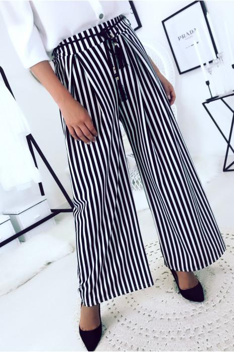 Pantalon palazzo noir et blanc avec plis et cordon à la taille. Mode femme