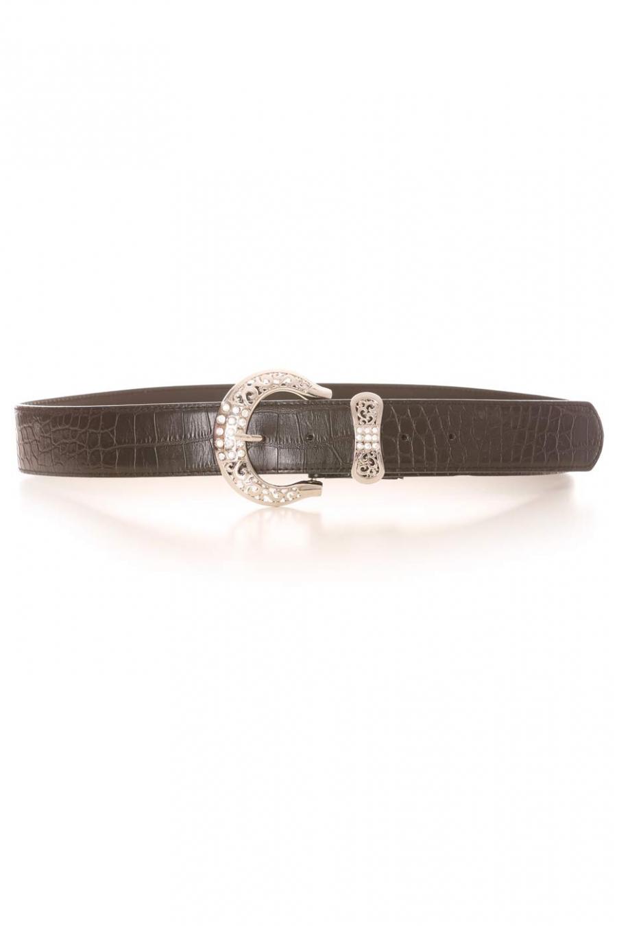 Bruine riem met krokodilleneffect, zilveren gesp met strass en strikvormige lus. PVC-accessoire