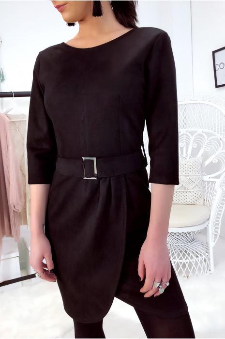 Robe en suédine noir avec fente et ceinture.