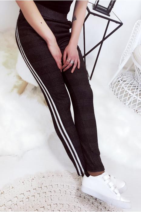 Magnifique pantalon noir avec bande doré. Pantalon 770-1