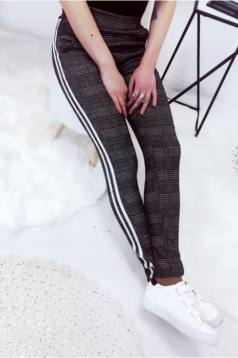 Magnifique pantalon noir avec bande blanche. Pantalon 770-1