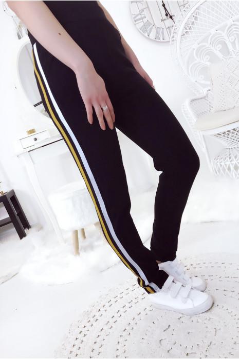 Pantalon noir style jogging avec bandes Moutarde et blanche sur le coté. 16577