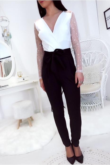Jolie combinaison pantalon blanc avec dentelle aux bras et noeud à la taille