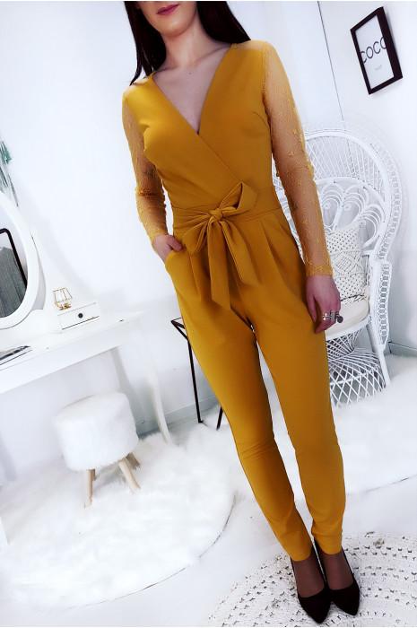 Jolie combinaison pantalon moutarde avec dentelle aux bras et noeud à la taille