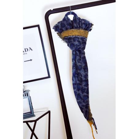Superbe écharpe bleu marine bien chaude composé de laine et de viscose. 1869