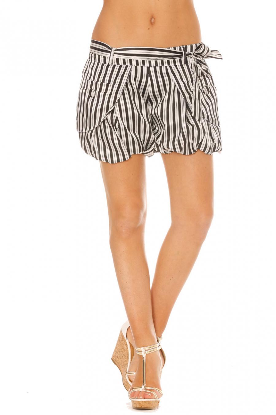Zwart-witte short met gezwollen strepen in satijnstof. SM713