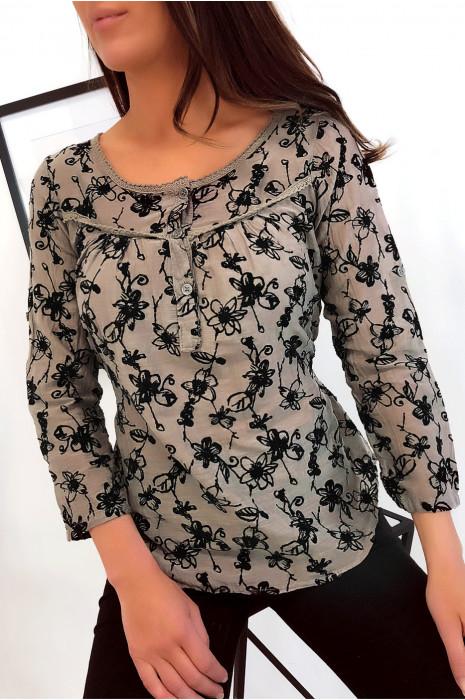 Jolie blouse taupe boutonné, ornée de motif fleurs en velours.