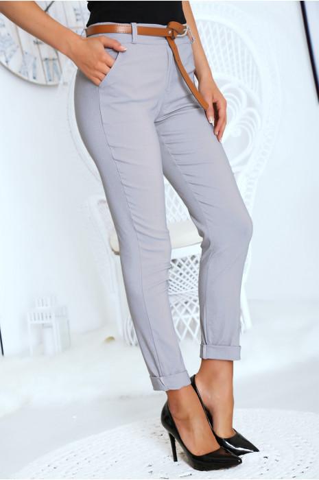 Pantalon cigarette gris avec ceinture poches et revers.