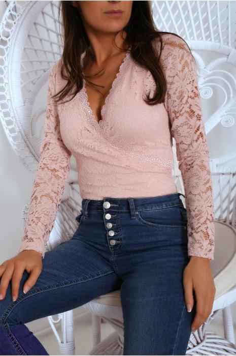 Body croisé rose avec un joli motif en dentelle. Body tendance 9659