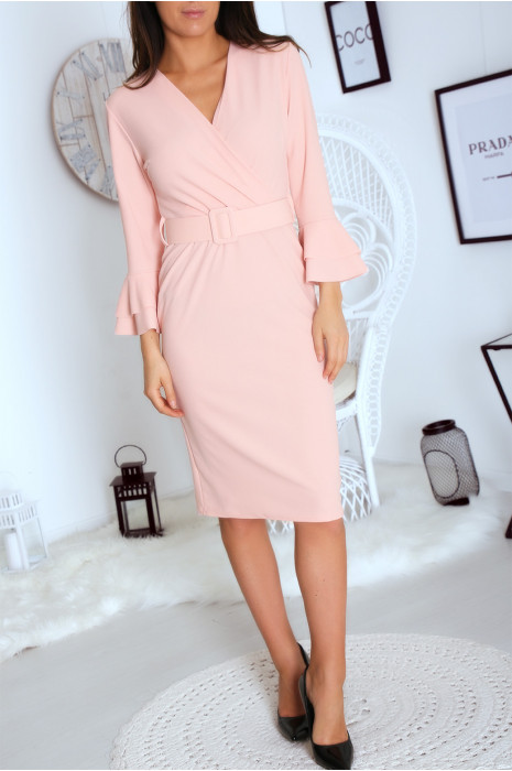 Robe cintrée rose avec ceinture et manche évasées