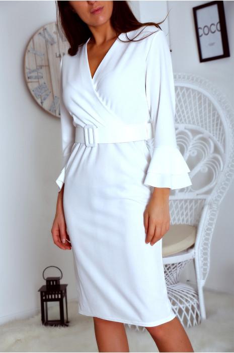 Robe cintrée blanc avec ceinture et manche évasées