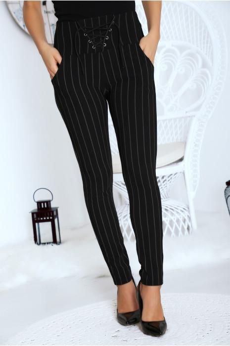Pantalon noir rayé avec attache réglable sur le devant.