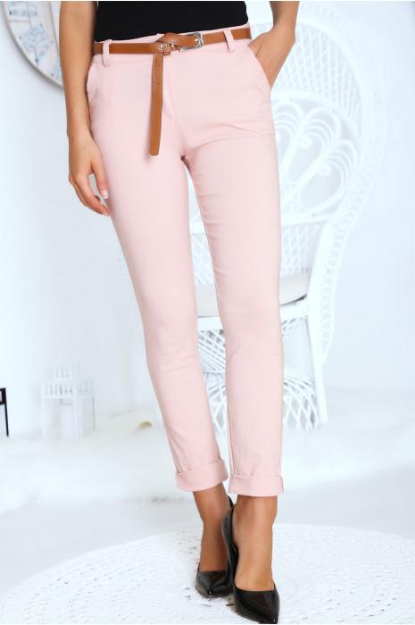 Pantalon cigarette rose avec ceinture poches et revers.