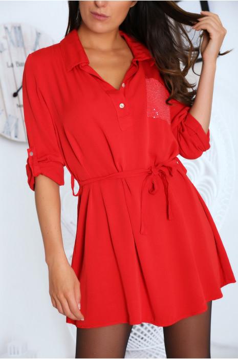 Tunique rouge col chemise avec poche pailleté et ceinture.