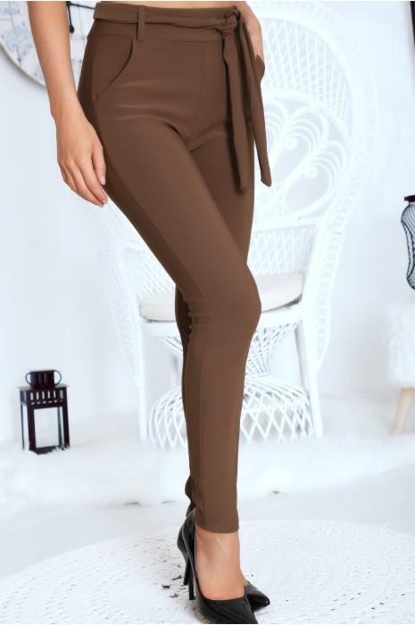 Pantalon taupe coupe carotte, extensible et ceinture à la taille.