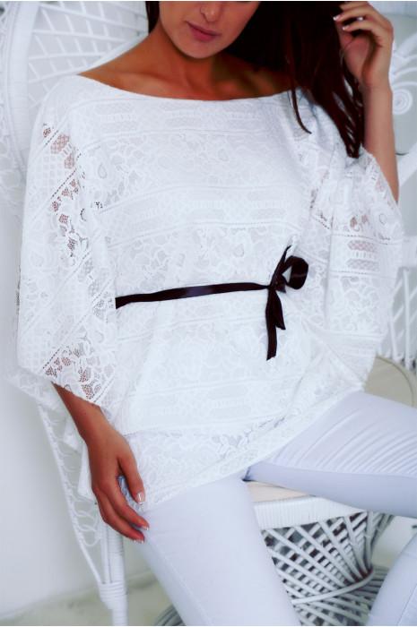 Blouse blanche en dentelle coupe chauve souris avec ceinture ruban
