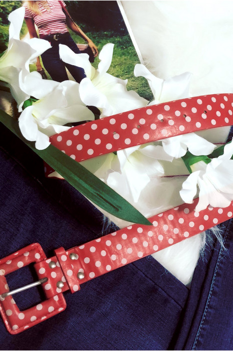 Rode riem met witte stippen
