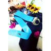 Blauwe PVC riem met grote ronde gesp. Modeaccessoire voor dames