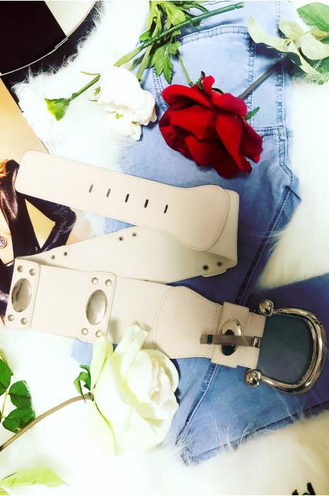 Grosse ceinture blanche avec jolie boucle et accessoire argenté sur l'élastique