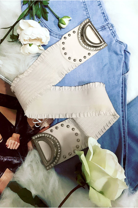 Ceinture blanche en élastique avec une jolie boucle ornée de strass. Mode femme tendance