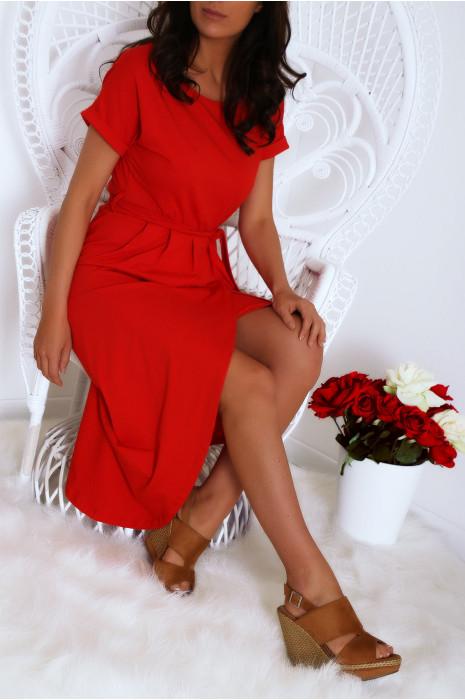 Robe porte feuille rouge avec ceinture et manche revers. Mode femme fashion