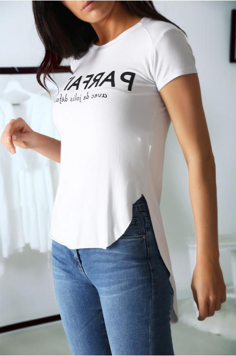 T-shirt blanc avec écriture PARFAITE à l'avant et plus longue derrière