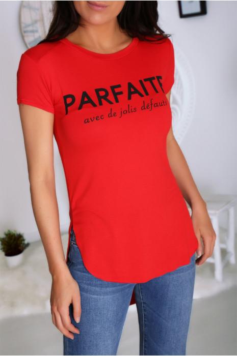 T-shirt rouge avec écriture PARFAITE à l'avant et plus longue derrière