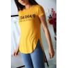 T-shirt moutarde avec écriture PARFAITE à l'avant et plus longue derrière