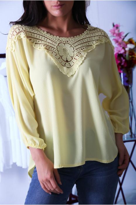 Magnifique blouse jaune ornée de dentelle au buste et au dos. Tunique femme