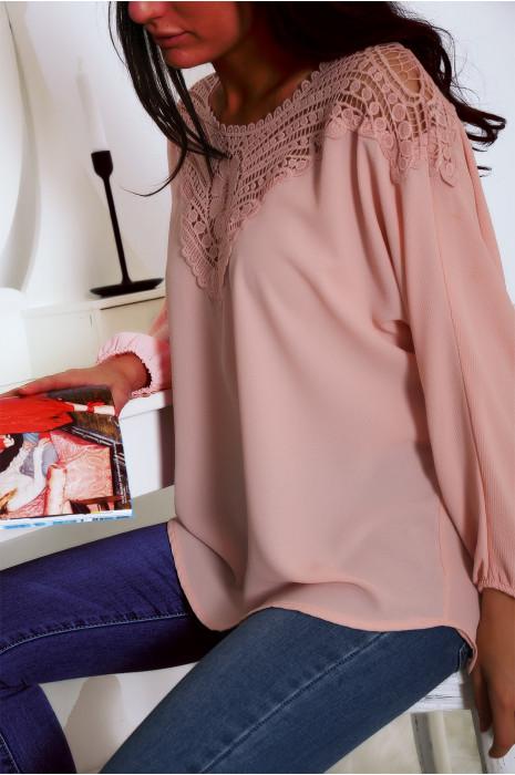 Magnifique blouse rose ornée de dentelle au buste et au dos. Tunique femme