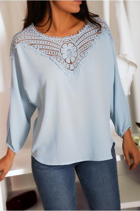 Magnifique blouse bleu ornée de dentelle au buste et au dos. Tunique femme