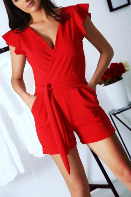 Rode playsuit, gekruist met zak en riem. Zeer chique en aangename combinatie voor de zomer