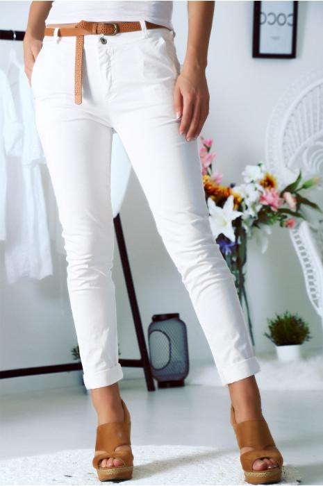 Schitterende slanke witte broek met faux leren riem