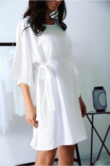 Jolie robe Blanc avec manche chauve souris et petits noeuds sur le devant