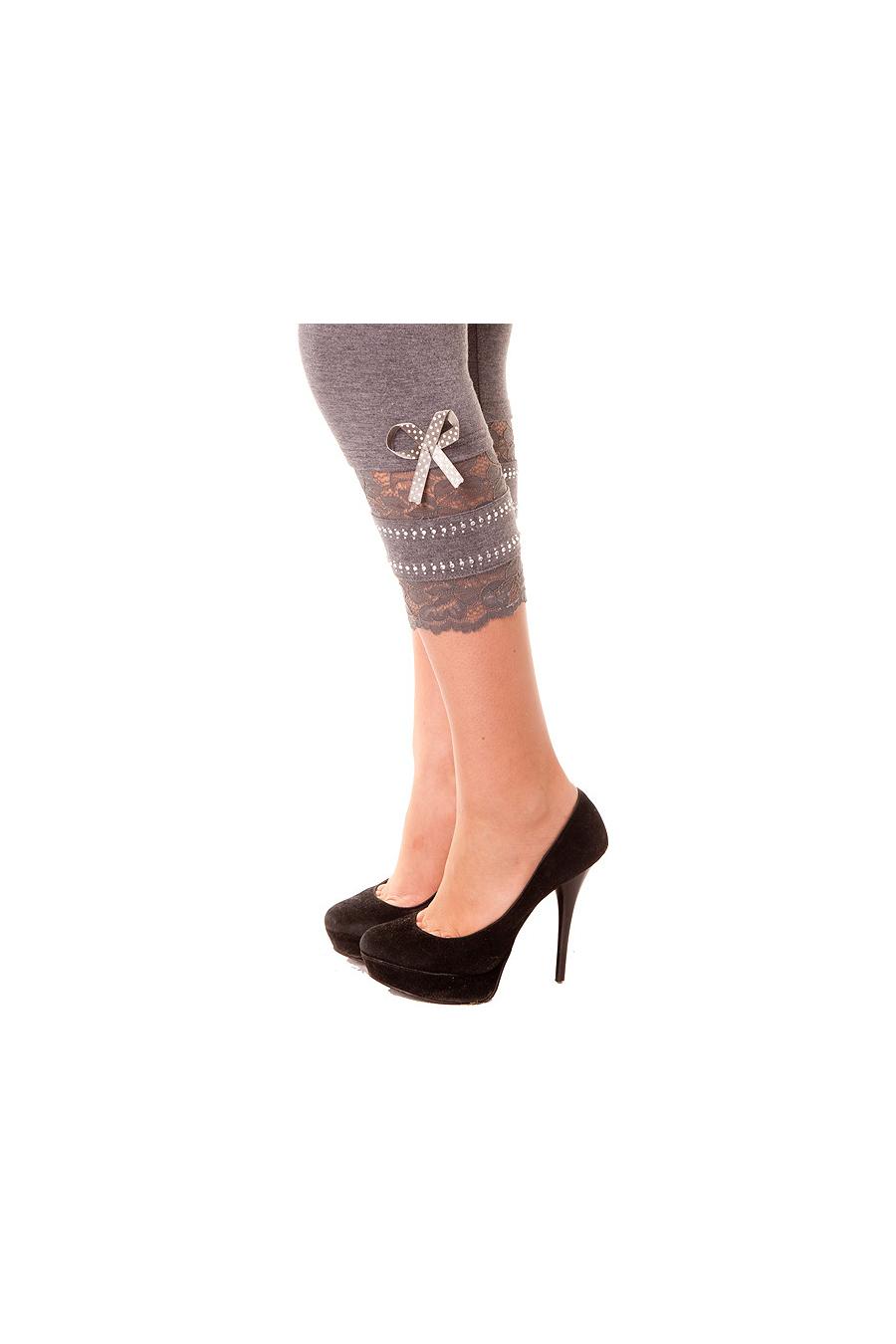 Joli leggins gris avec dentelle et strass sur le bas. Mode femme. 262