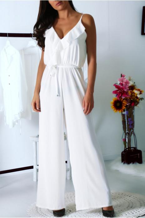 Superbe combi pantalon blanc avec volants au décolleté et ceinture