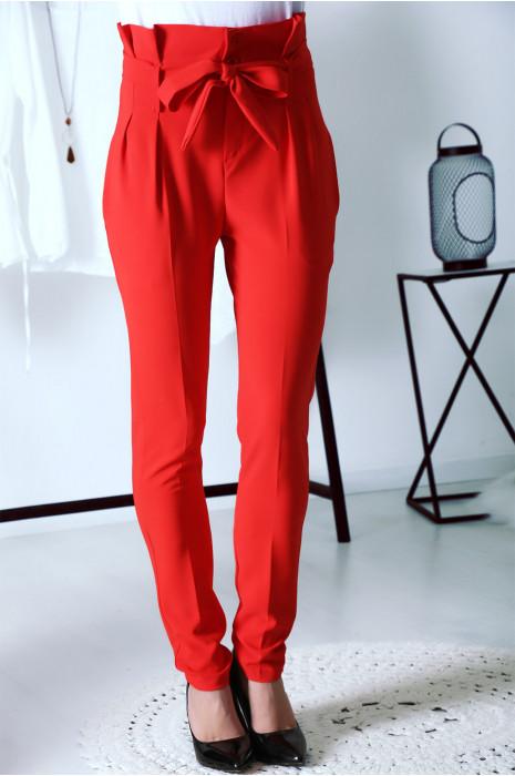 Ravissant pantalon carotte Rouge avec boutons et ceinture à la taille