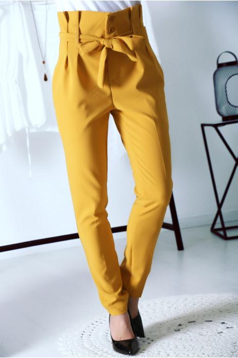 Ravissant pantalon carotte Moutarde avec boutons et ceinture à la taille