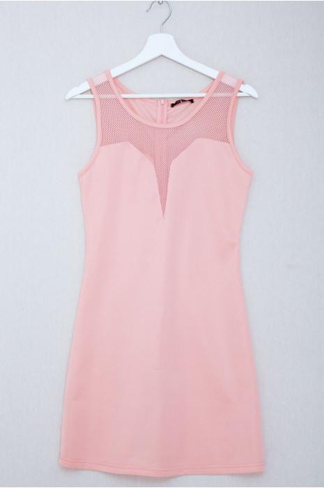Jolie robe rose moulante avec résille au décolleté