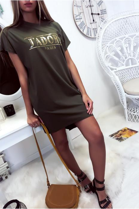 Kaki T-shirtjurk met J'adore-schrift en zak. Tuniekjurk zeer comfortabel om te dragen