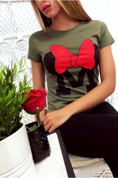 T-shirt kaki en coton avec écriture M et papillon