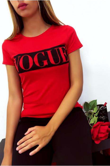 T-shirt rouge en coton avec écriture Vogue à l'avant. Mode femme