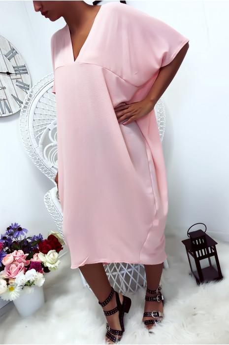 Robe ample rose avec décolleté en v et fente arrière