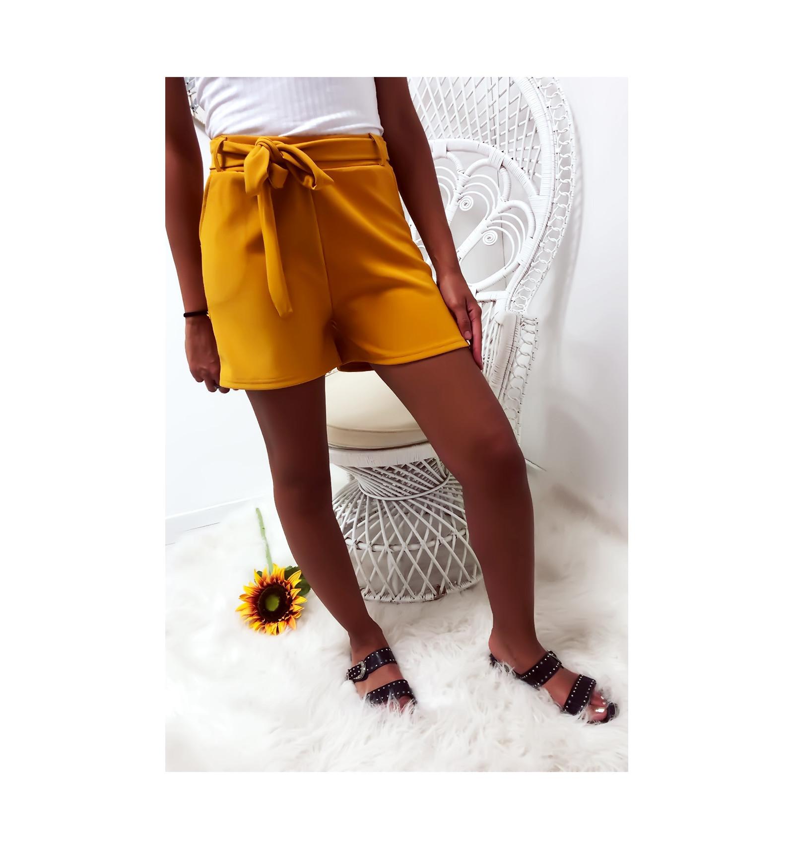 Short moutarde avec poche et ceinture. Mode femme à prix