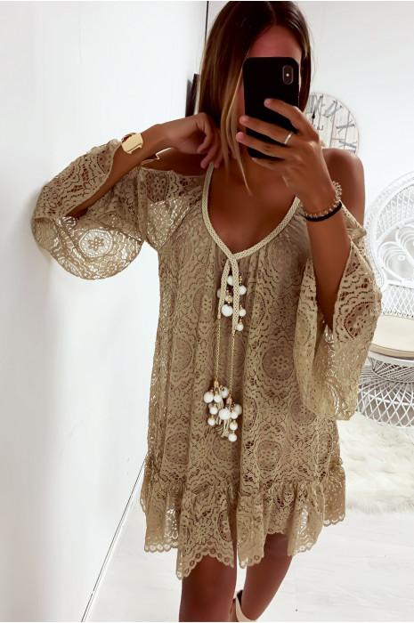 Sublime robe tunique beige en dentelle avec accessoire au col et volant en bas et aux manches