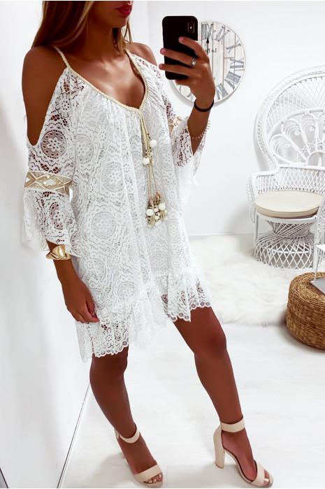 Sublime robe tunique blanc en dentelle avec accessoire au col et volant en bas et aux manches