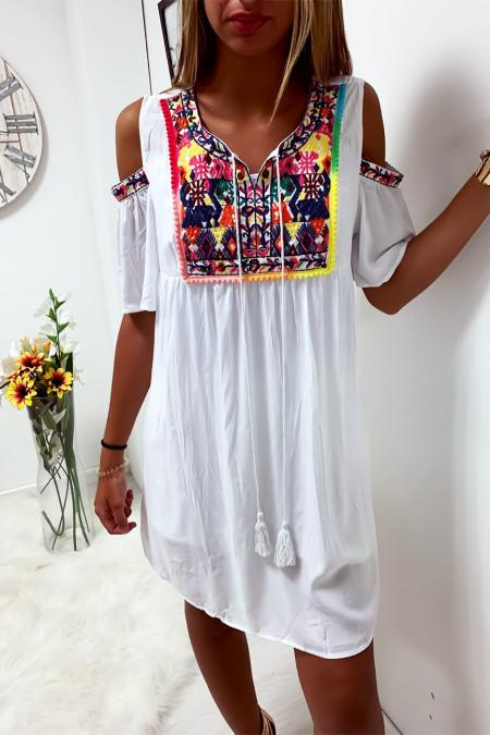 Sublime robe tunique blanche brodé à lavant avec épaules dénudé