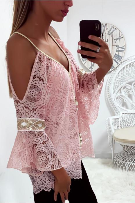 Jolie haut rose en dentelle épaules dénudé avec accessoire au col