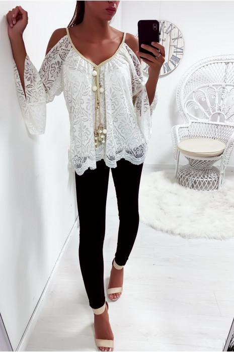 Jolie haut blanc en dentelle épaules dénudé avec accessoire au col