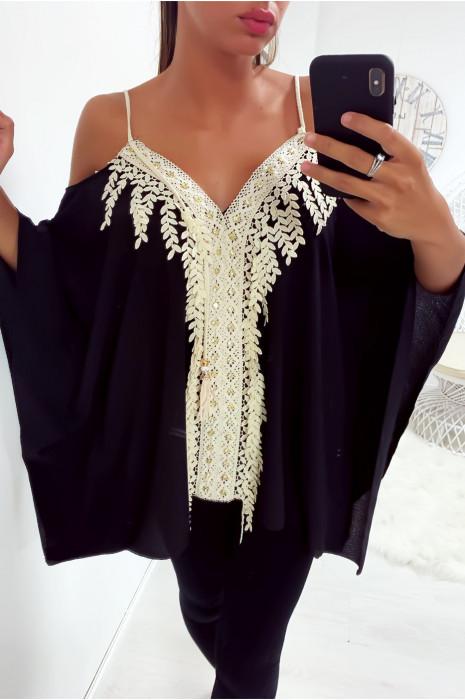 Magnifique blouse à bretelle noir coupe chauve souris ornée de dentelle et de strass
